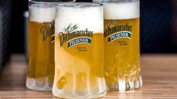 Drei kalte Biergläser von der Dithmarscherbrauerei